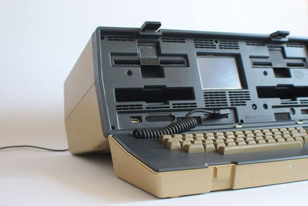 Image of Raspberry Pi Brings Old Suitcase Computer Back to Life